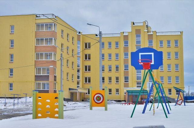 Двор нового микрорайона удобен для семей с детьми.