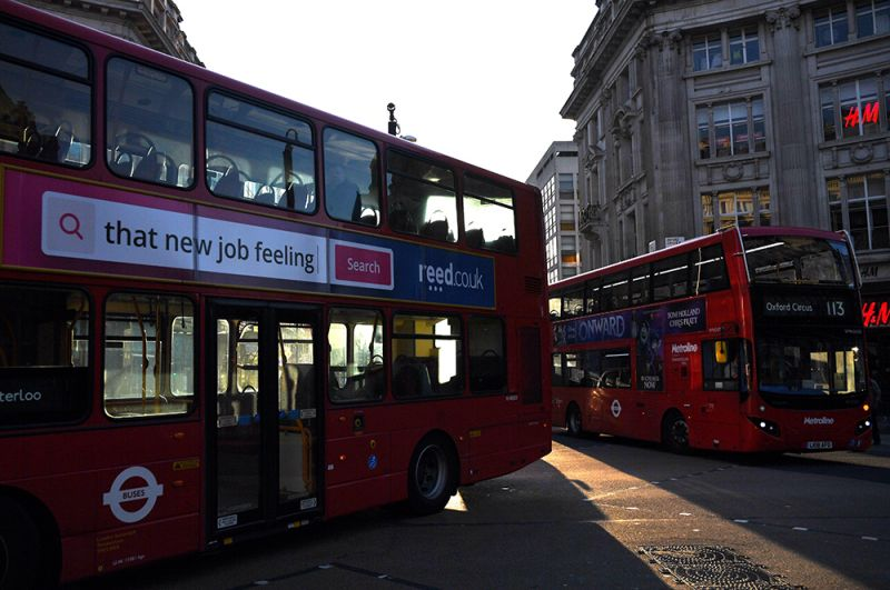 Почти пустые автобусы на Оксфорд-стрит в час пик.