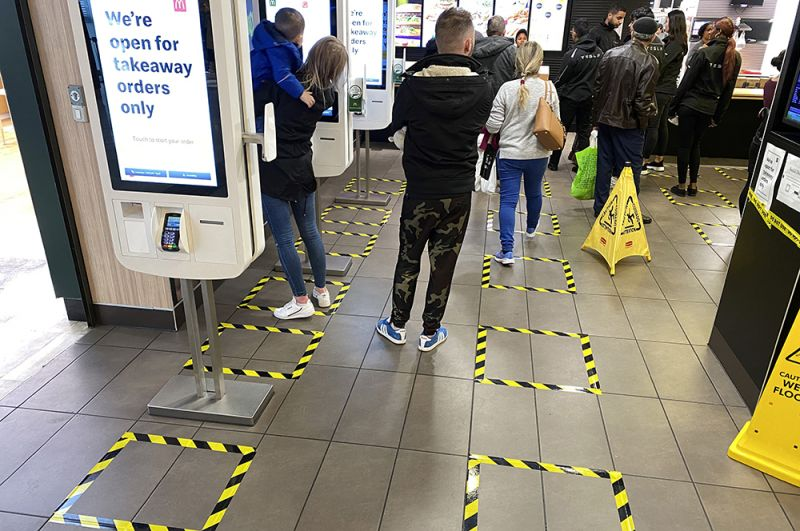 Разметка на полу торгового центра Brent Cross в Лондоне, показывающая рекомендуемую дистанцию между людьми.