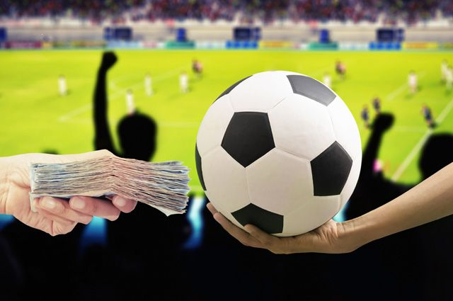 Нет футбола — нет зарплаты. Как клубы решают проблему остановки сезона