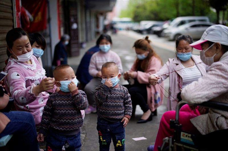 Дети и женщины в Сяньнине.