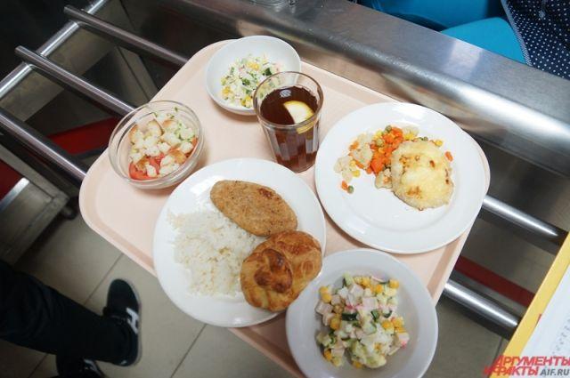Школы самостоятельно комплектуют набор продуктов. Для детей с особенностями здоровья пищевой комплект будет сформирован с учётом бесплатного двухразового питания
