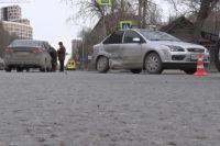 В центре Тюмени водитель Ford при повороте врезался в Lada Vesta