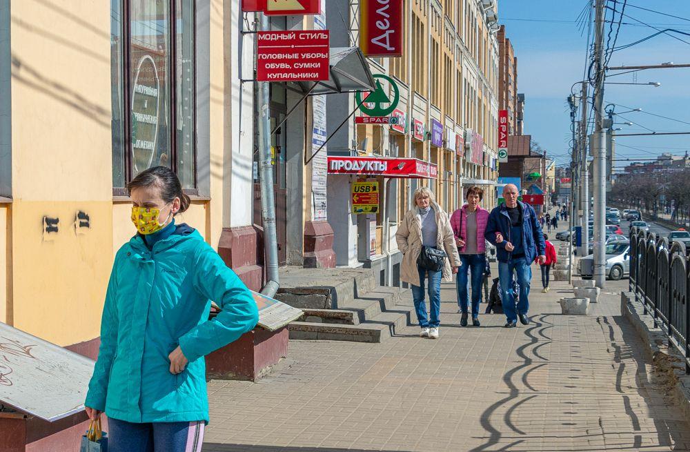 В центре Калуги также многолюдно, как и в прочие выходные. Только теперь чаще можно встретить людей в масках.