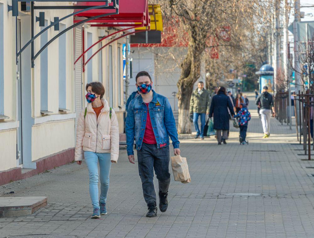 В центре Калуге можно встретить не только людей в обычных медицинских масках, но и в сшитых самостоятельно.