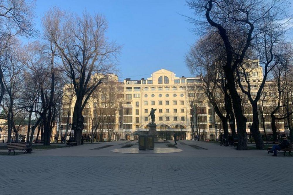 Практически никто не гуляет и в Петровском сквере.