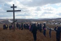 К поклонным крестам на въездах в город прихожане отправились сразу после панихиды.