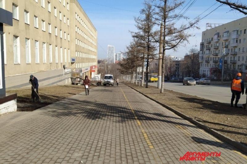 ул. Пушкинская - одна из центральных улиц города. Кроме редких прохожих можно встретить лишь коммунальщиков, убирающих мусор