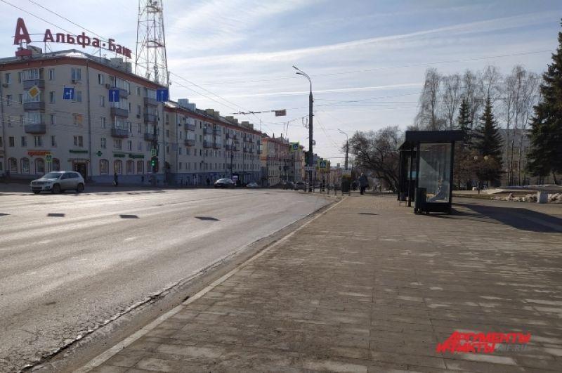 Непривычно пустая остановка общественного транспорта около Центральной площади