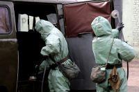 Военнослужащие войск радиационной, химической и биологической защиты (РХБЗ) ВС РФ проводят обработку поверхностей в ходе проверки готовности войск РХБЗ к возникновению угрозы заражения вирусными инфекциями.
