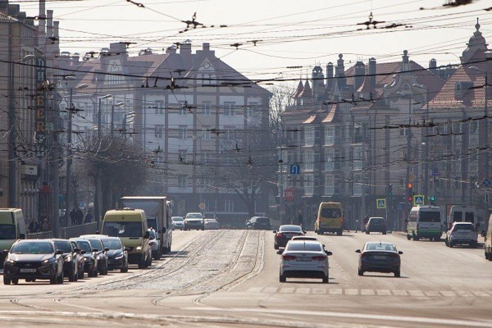 На Ленинском проспекте в Калининграде машин вдвое меньше, чем обычно.