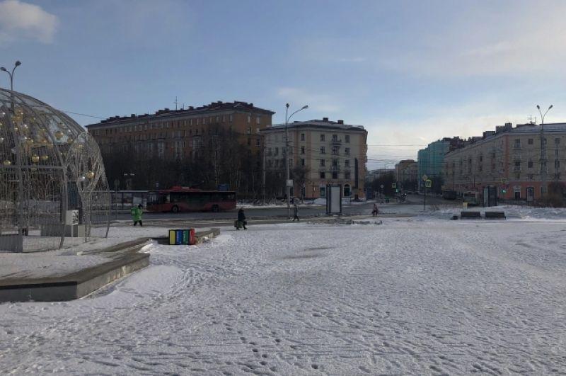 Центр Мурманска - площадь Пять углов - покрыт снегом.