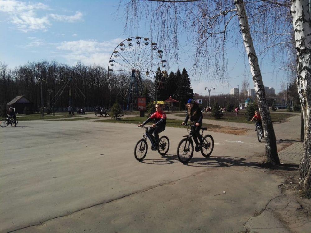 В Парке Победы в Липецке еще можно встретить семьи с детьми.