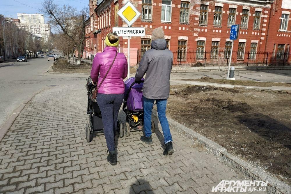 Пермских мам с колясками ничем не напугать, они неспешно прогуливаются по улице Пермской.