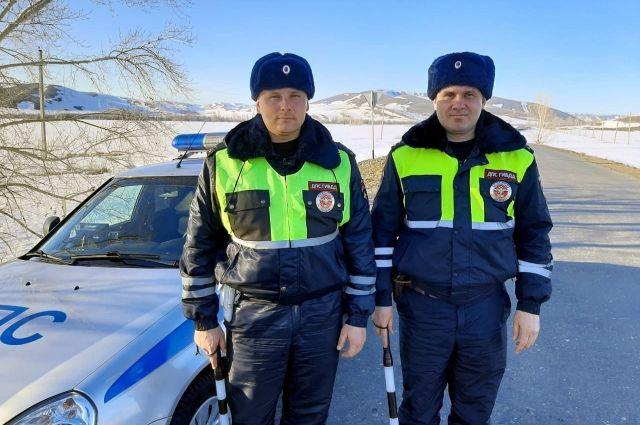 В автомобиле на оренбургской трассе у женщины начались преждевременные роды.