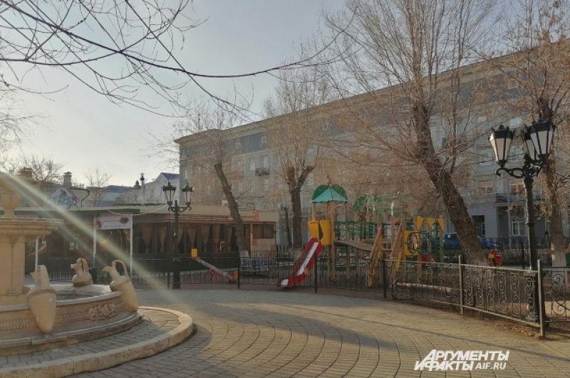 В сквере имени Ленина в центре Оренбурга закрыто детское кафе, рядом на площадке - ни души.