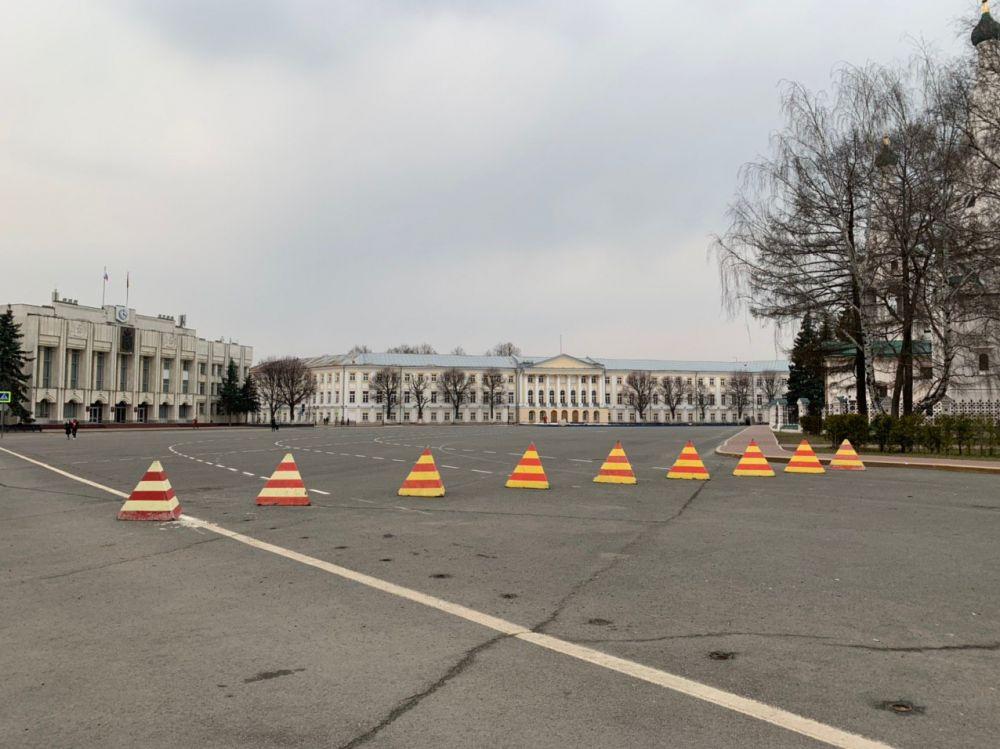 В Ярославле на Советской площади воскресным днем было пусто.