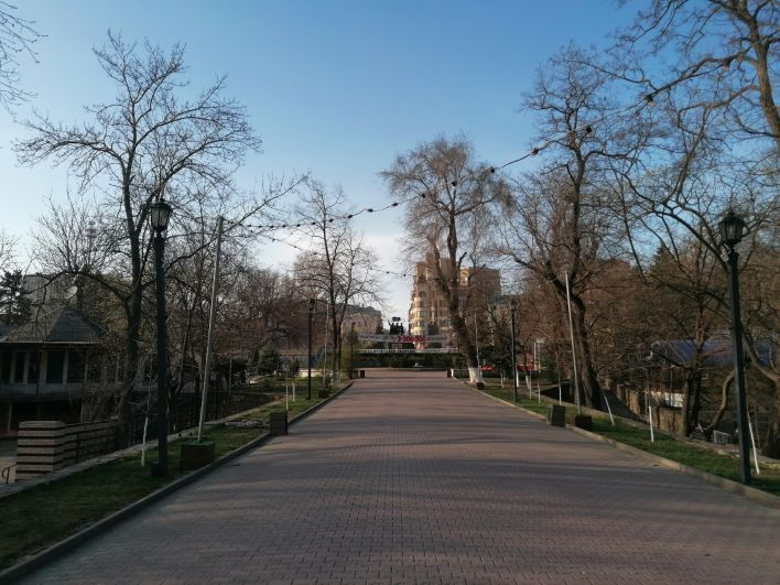 Главная аллея парка Горького в Ростове-на-Дону.