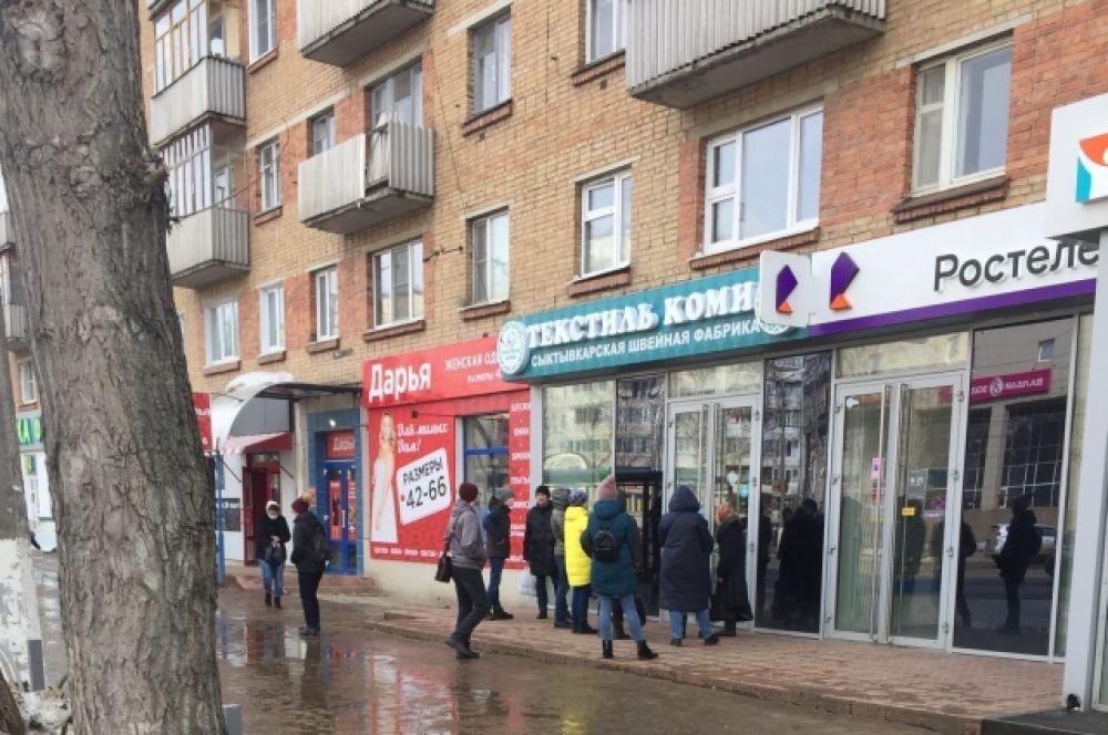 В Сыктывкаре на улице Коммунистической образовалась очередь в магазин, где продают медицинские маски.