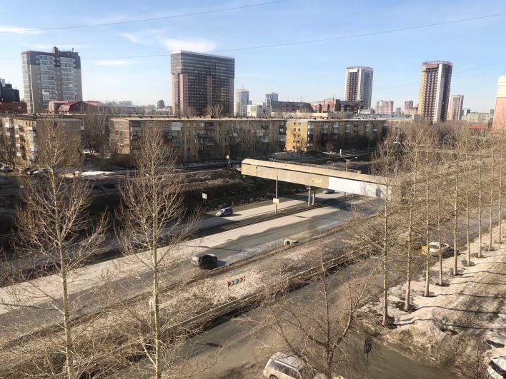Обычно на Ипподромской магистрали в Новосибирске в разгар дня движение стоит, слишком много автомобилей, а сейчас все свободно.