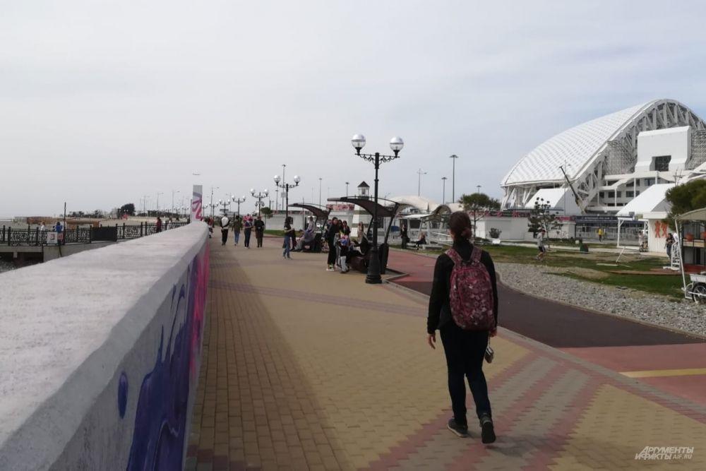 На прогулку по набережной в Имеретинской низменности Адлерского района Сочи вышли не только местные, но и гости курорта.