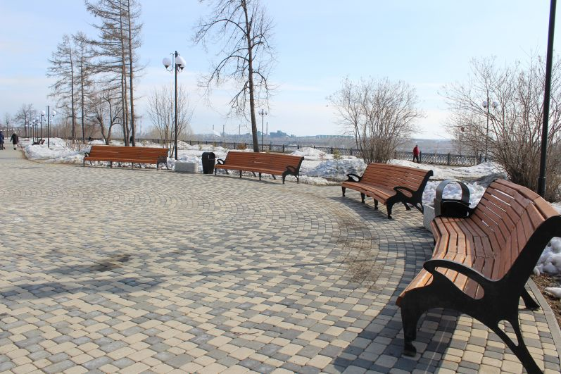 По набережной Томи в Кировском районе города Кемерово еще свободно ходят люди.