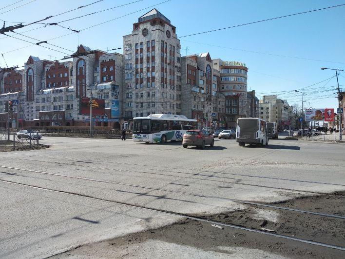 Перекрёсток улиц Маяковского и Маршала Жукова в Омске обычно загружен автомобилями.