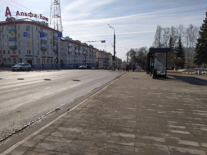 Остановка возле Центральной площади в Ижевске пустует.