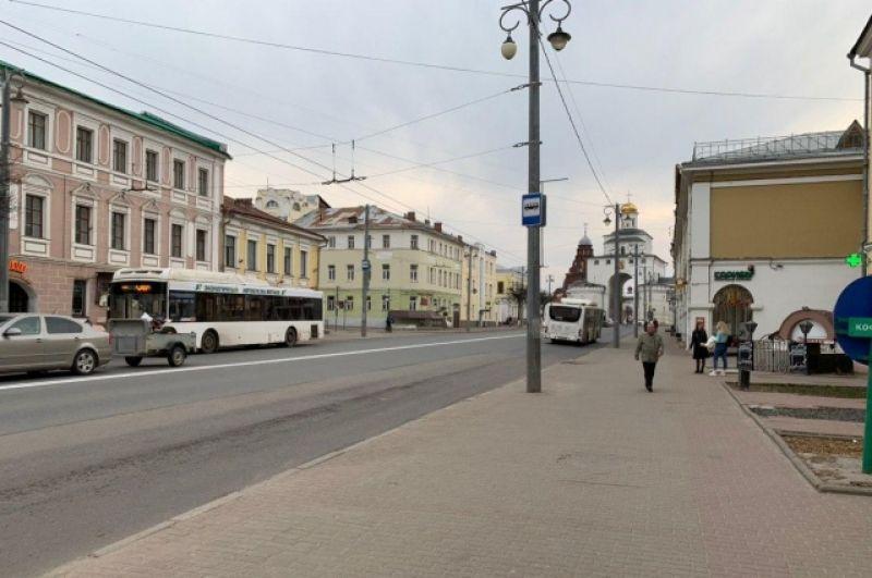 На улице Большая Московская в центре Владимира еще можно встретить случайных прохожих.