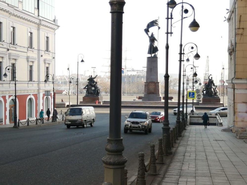 Людей в центре Владивостока практически нет, но место для парковки найти по-прежнему крайне сложно.