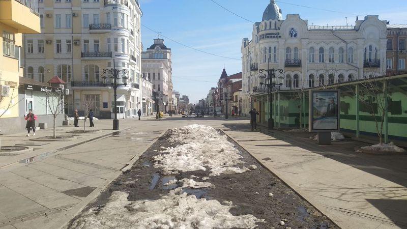 На «Самарском Арбате» - пешеходной улице Ленинградской - людей почти нет.