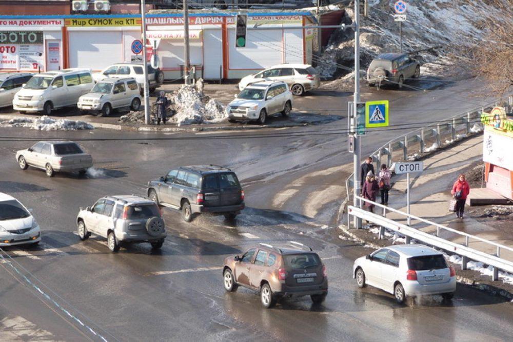 Комсомольская площадь в Петропавловске-Камчатском кажется до сих пор многолюдной.