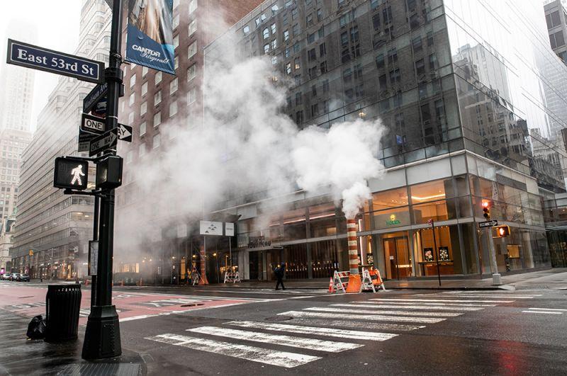 Пустая 53-я улица в Нью-Йорке.