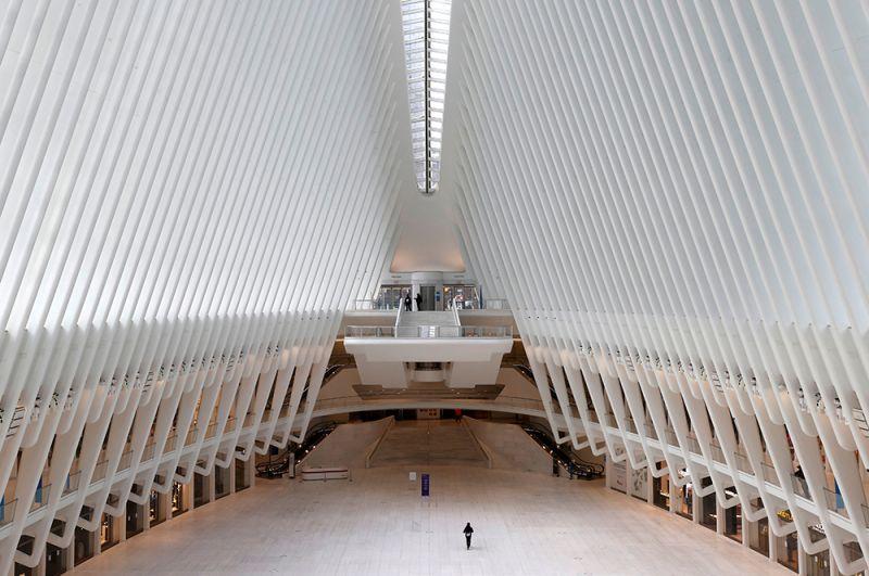 Полупустой железнодорожный вокзал Oculus в Нижнем Манхэттене.