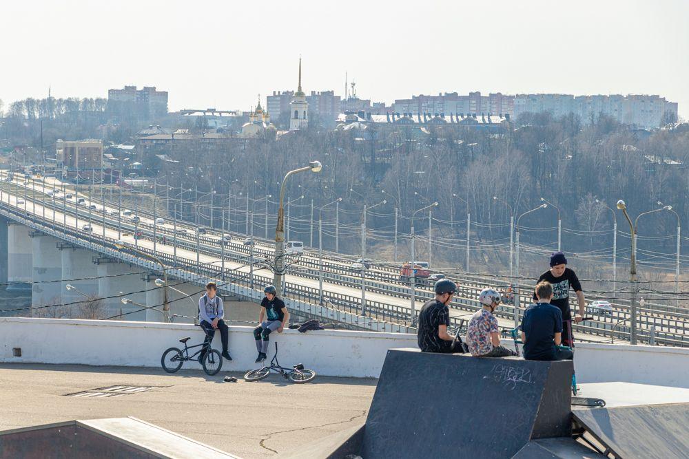 Любители экстремальных видов спорта возле памятника 600-летию Калуги.