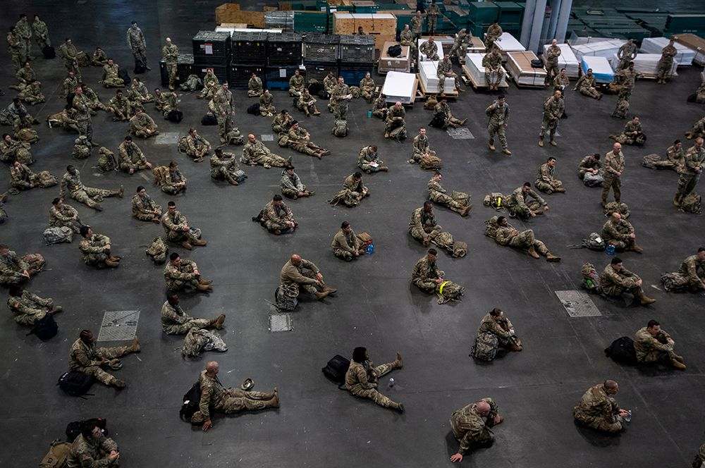 Военнослужащие армии США в конференц-центре Якоба Явица, который будет частично преобразован в больницу для пациентов с COVID-19.