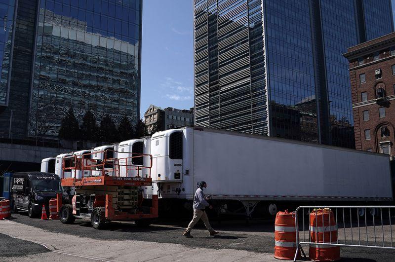 Грузовики-рефрижераторы, предназначенные для хранения тел, на улицах Нью-Йорка.