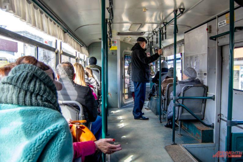 Давки в автобусах уже нет, но сидячих мест на некоторых рейсах тоже нет.
