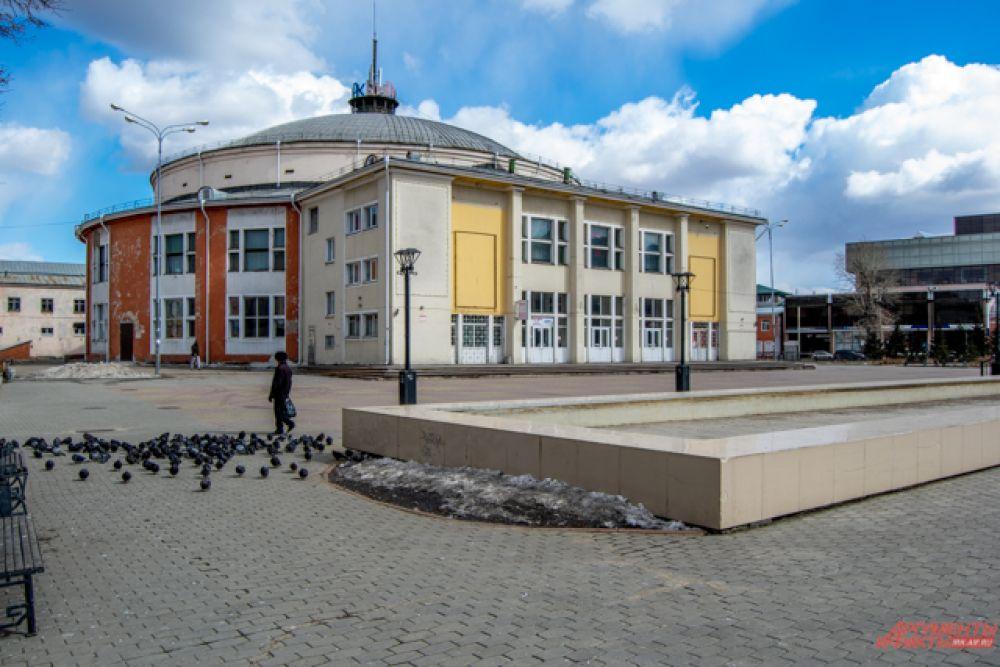 А рядом с иркутским цирком теперь можно встретить лишь стаи голубей и пару-тройку случайных прохожих.