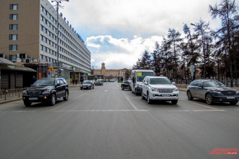 Поток машин на центральных улицах стал меньше, но полностью не исчез.