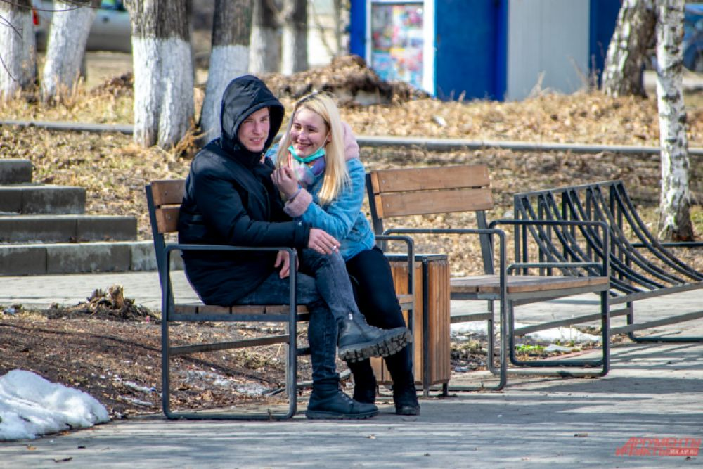 Многие выходят на улицу без средств индивидуальной защиты - масок и перчаток.