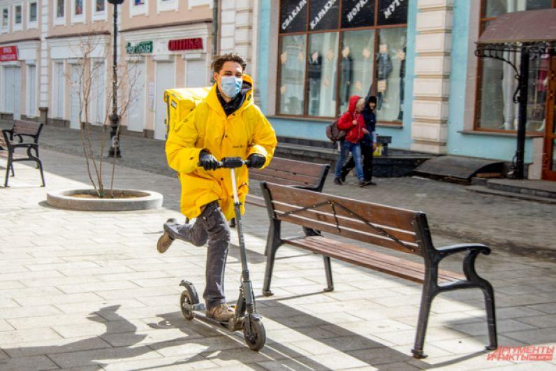 Кстати, число доставщиков в Иркутске резко выросло. Очевидно, осторожная часть горожан всё же предпочитает находиться дома и заказывает еду.