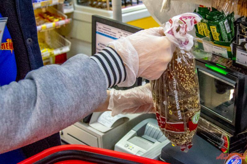 В магазинах кассиры касаются товара и денег исключительно в перчатках.