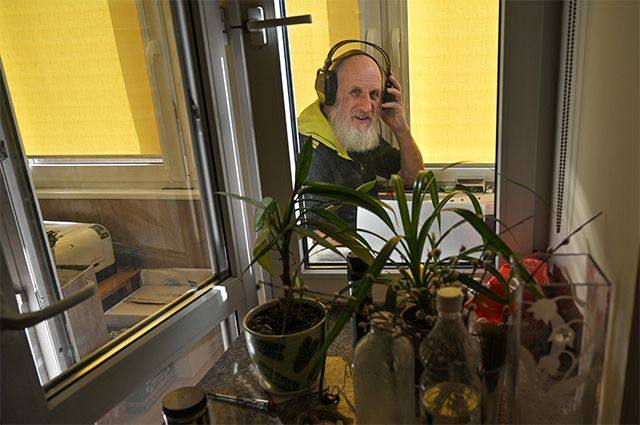 «Человечество, приём, приём! Я на связи!..» На фото: пенсионер и по совместительству блогер Владимир ведёт радиотрансляцию с балкона собственной квартиры.