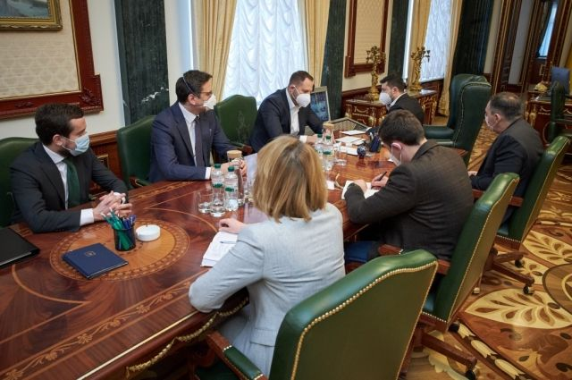 В Украине с апреля увеличат зарплаты медикам, - Шмыгаль