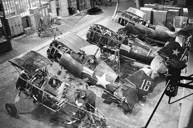 Ремонт самолетов на одном из московских заводов в годы Великой Отечественной войны.
