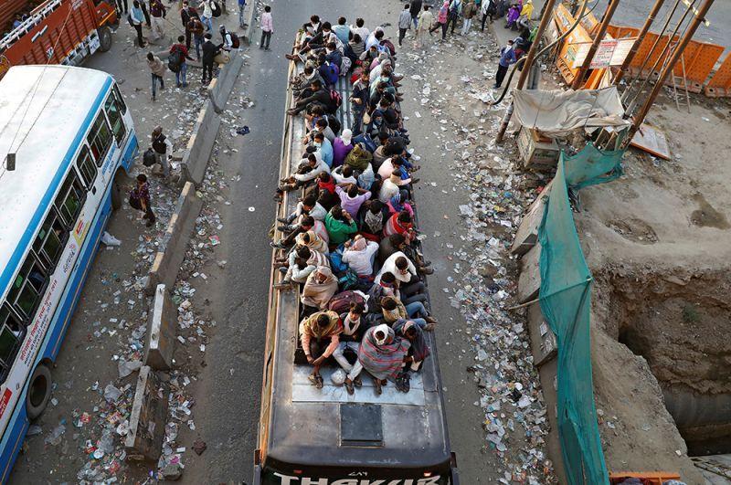 Рабочие в переполненном автобусе возвращаются в свои дома, Нью-Дели.