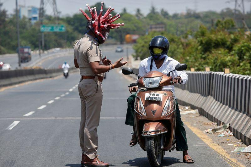 Сотрудник полиции в костюме коронавируса просит водителя соблюдать режим самоизоляции, Ченнай.