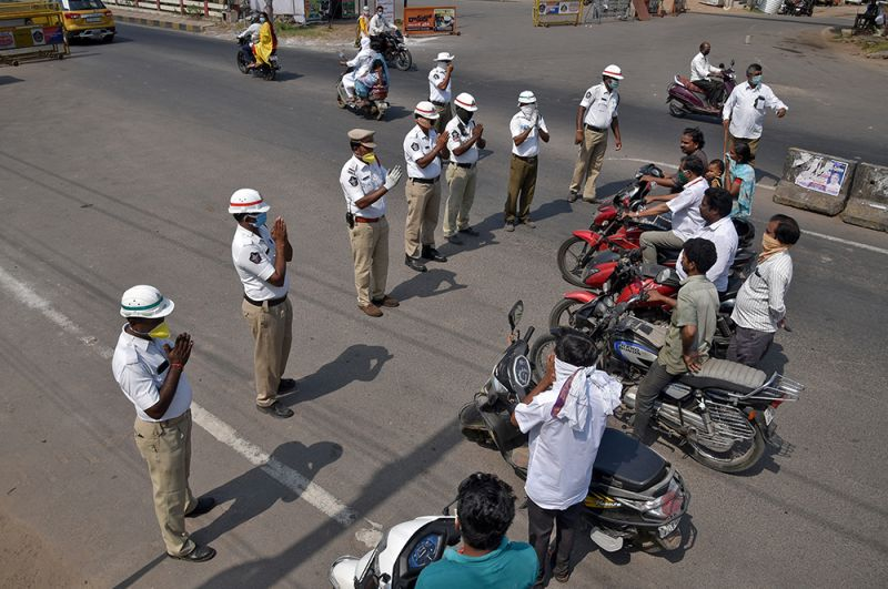 Полицейские призывают водителей остаться дома во время режима самоизоляции, Виджаявада.