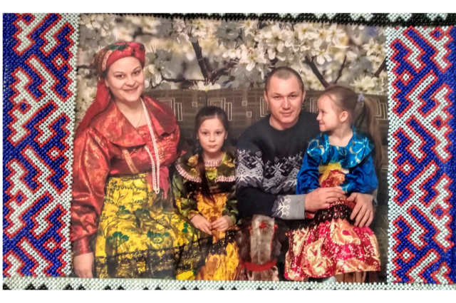 Комиссия оценивает альбомы соискателей премии «Семья Ямала»